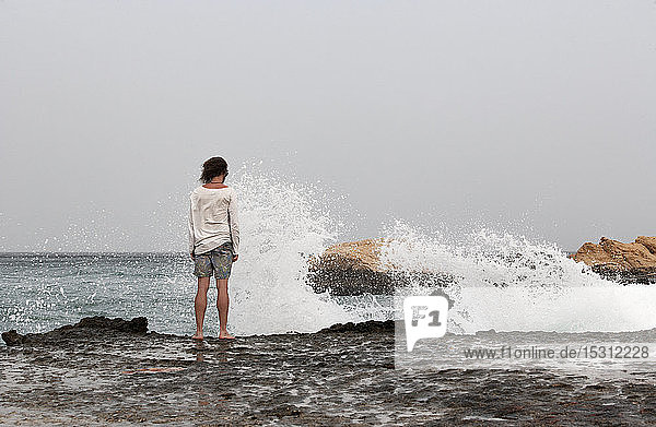 Rückansicht eines Mannes an der Strandpromenade  Golf von Oman  bei Sur  Oman