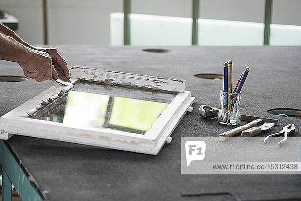 Verglasung  Glaser bei der Arbeit mit Kitt auf Fensterscheibe Verglasung, Glaser bei der Arbeit mit Kitt auf Fensterscheibe