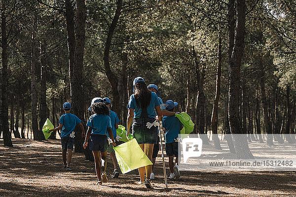 Gruppe von Freiwilligen  die in einem Park Müll sammeln