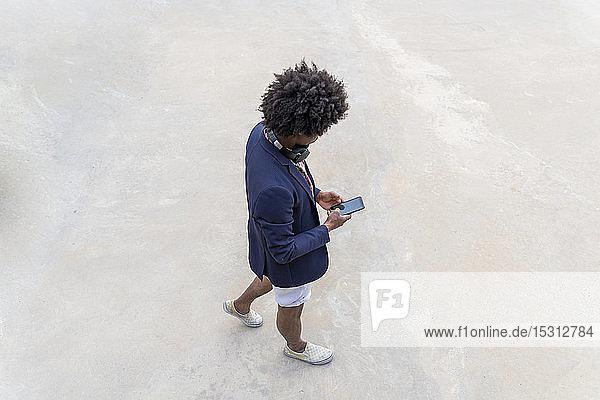 Stilvoller Mann mit Handy unterwegs
