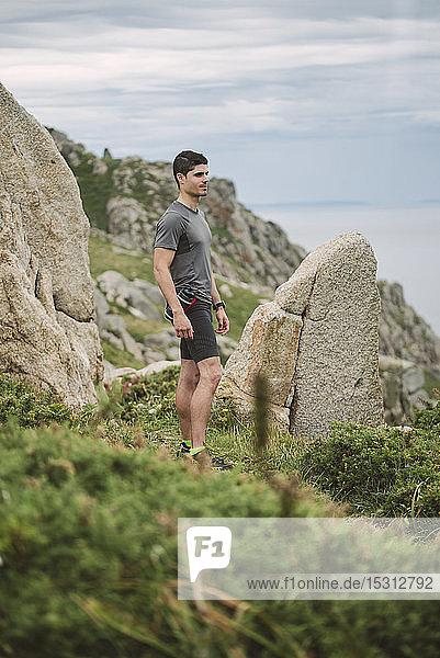 In Küstenlandschaft stehender Trailrunner  Ferrol  Spanien