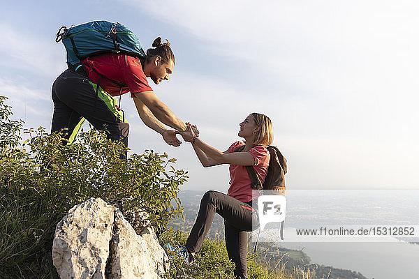 Junges Paar beim Wandern auf der Bergwiese
