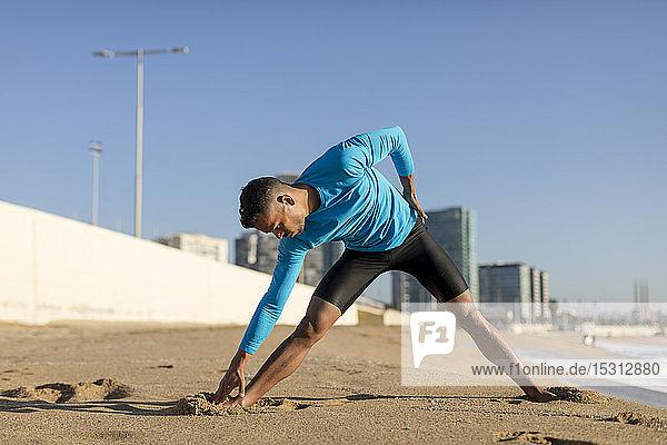 Mann beim Workout am Strand