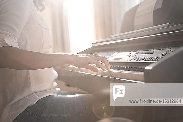 Nahaufnahme einer Klavier spielenden Frau