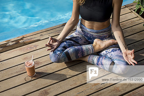 Frau praktiziert Yoga am Pool  Costa Rica