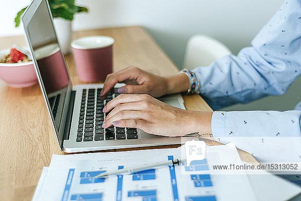 Nahaufnahme einer Frau,  die zu Hause einen Laptop benutzt