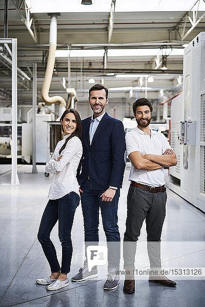 Porträt eines selbstbewussten Geschäftsmannes und Angestellten in einer Fabrik