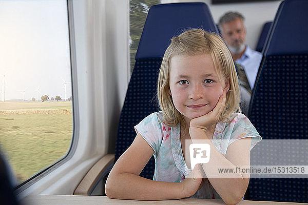 Kleines Mädchen reist mit dem Zug