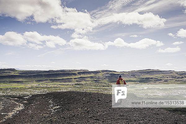 Wandern eines reifen Mannes in Vesturland  Island