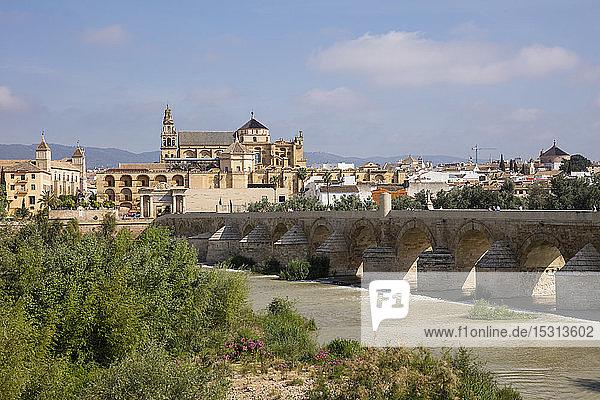 Spanien  Andalusien  Córdoba  Altstadt  Moschee  Kathedrale von Córdoba  Puente Romano  Römische Brücke