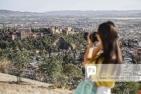Junge Frau beim Fotografieren in der Alhambra  Granada  Spanien