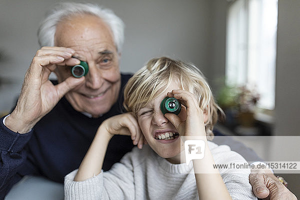 Uhrmacher und sein Enkel beim Blick durch die Okulare