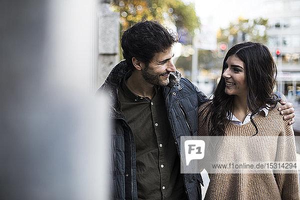 Glückliches Paar in der Stadt  das sich anschaut