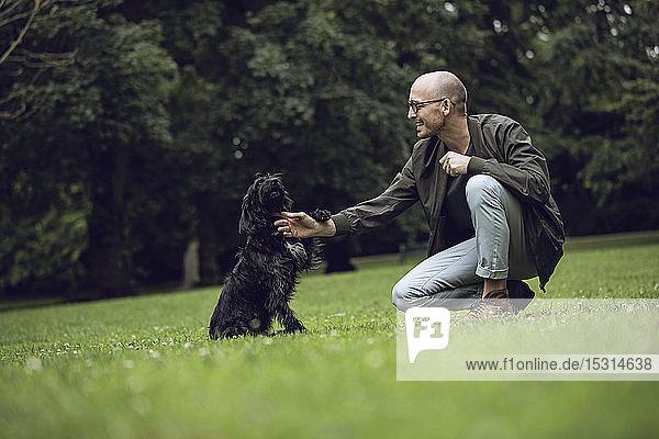 Mann und sein Hund in einem Park