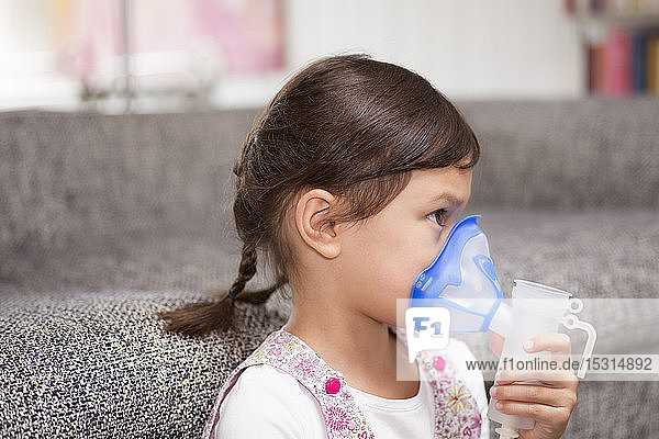 Mädchen mit Inhalator
