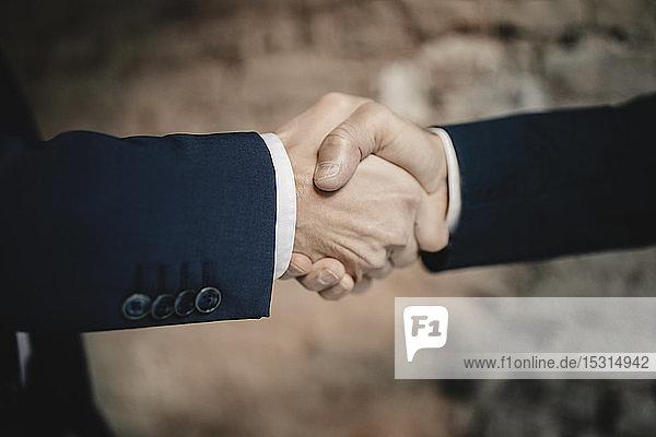 Nahaufnahme von zwei Geschäftsleuten beim Händeschütteln