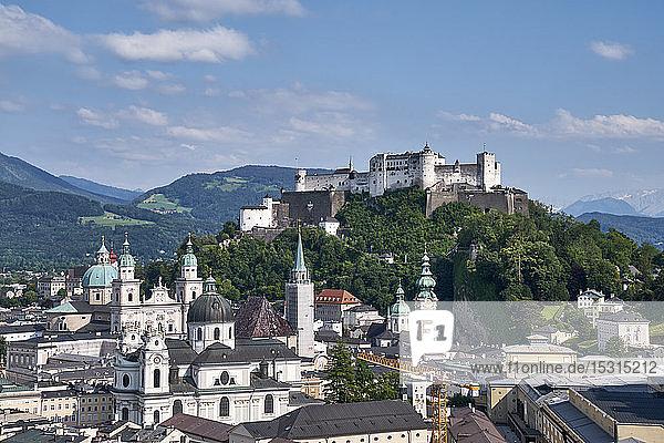 Blick vom Mönchsberg auf die Altstadt  Salzburg  Österreich