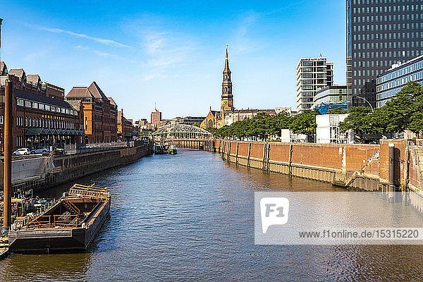 Zollkanal mit Blick auf die Katharinenkirche  Speicherstadt  Hamburg  Deutschland