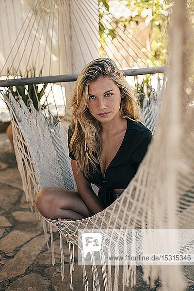Porträt einer schönen jungen Frau in einer Hängematte