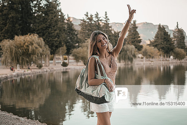 Junge blonde Frau an einem See