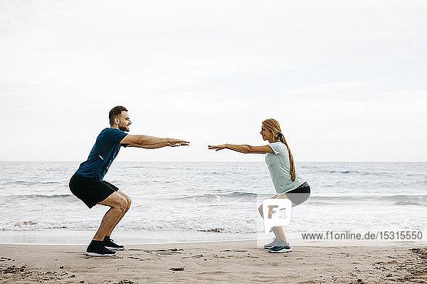 Junges Paar beim Training am Strand