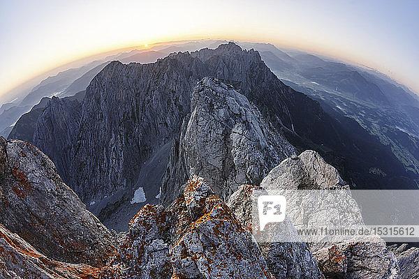 Blick vom Ellmauer Halt bei Sonnenaufgang  Wilder Kaiser  Ellmauer Halt  Tirol  Österreich
