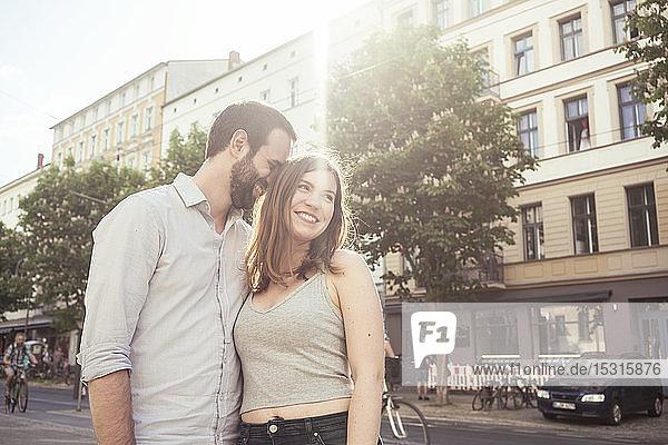 Glückliches junges Paar in der Stadt  Berlin  Deutschland