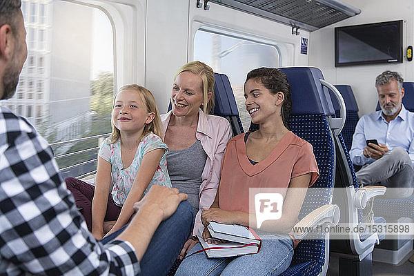 Sorgenfreie Familie reist im Zug