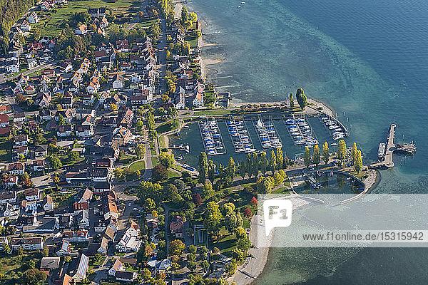 Deutschland  Baden-Württemberg  Luftaufnahme der Stadt und des Yachthafens am Bodensee
