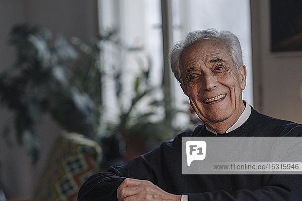 Glücklicher älterer Mann zu Hause
