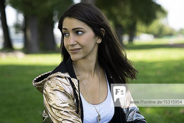 Porträt einer jungen Frau mit glänzender Jacke