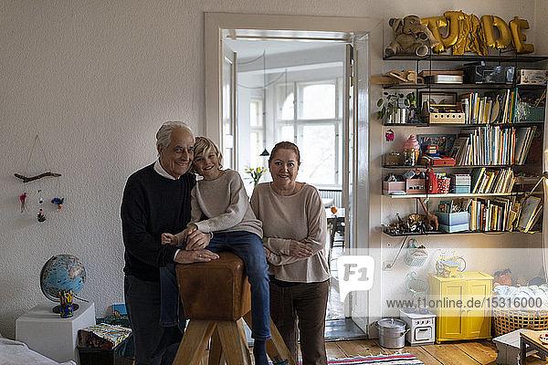 Porträt von glücklichen Großeltern mit Enkel zu Hause