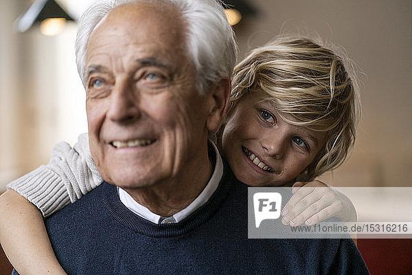 Glücklicher Enkel umarmt Großvater