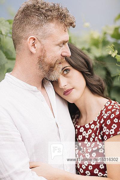 Glückliches Paar in den Weinbergen