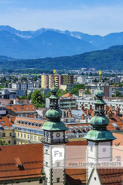 Ã-sterreich KÃ?rnten KlagenfurtamWorthersee  Hochwinkelansicht der Stadt mit LandtagstÃ?rmen