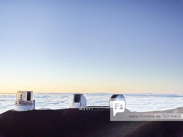 W. M. Keck-Observatorium durch Wolken gegen blauen Himmel bei Sonnenuntergang