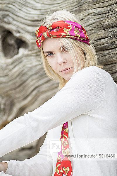 Porträt einer jungen Frau mit Haarband