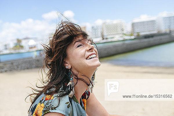 Porträt einer lächelnden Frau am Strand von Arrecife  Spanien