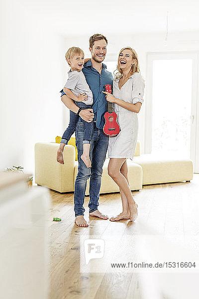 Porträt einer glücklichen Familie im Wohnzimmer ihres neuen Zuhauses
