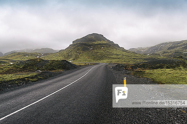 Island  Südisland  Leere Straße Solheimajokulsvegur an bewölktem Tag