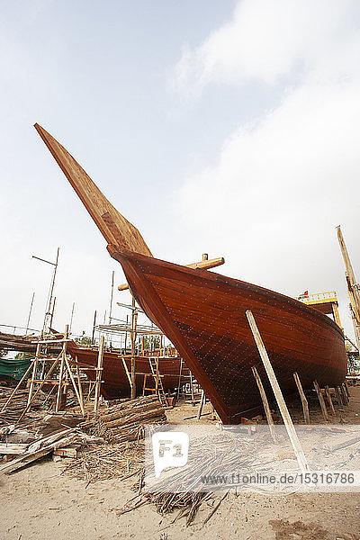 Schiffswerft  Bootsbau am Strand  Sur  Oman