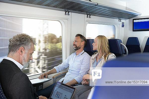 In einem Zug sitzende Passagiere