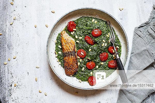 Direkt darüber Ansicht von frischem Essen und Gabel in Schale durch Serviette auf weißem Tisch