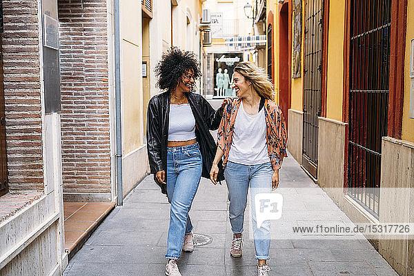 Multikulturelle glückliche Frauen spazieren in der Stadt  Almeria  Spanien