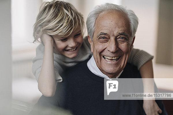 Porträt eines glücklichen Grossvaters und Enkels zu Hause