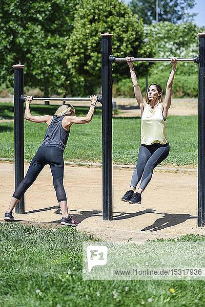 Reife Frau trainiert mit ihrer Tochter in einem Park
