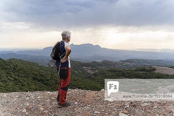 Senior-Wanderer auf Aussichtspunkt stehend