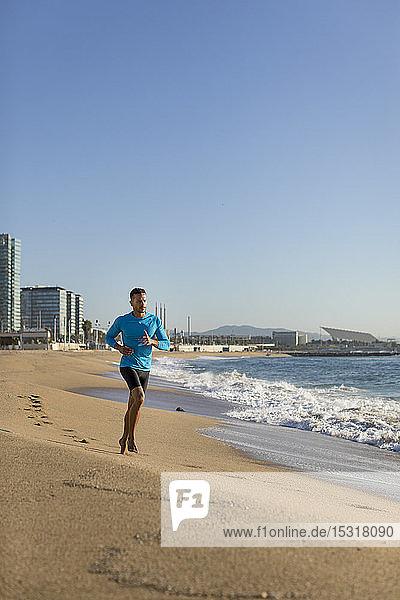Joggender Mann am Strand
