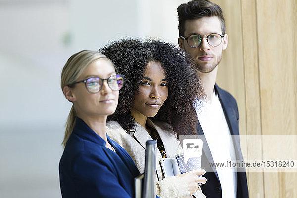 Porträt selbstbewusster junger Geschäftsleute