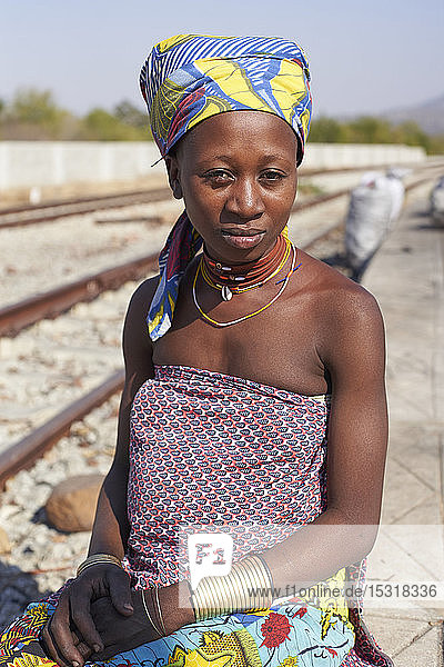 Ndengelengo Frau am Bahnhof  Garganta  Angola.